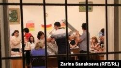 Предварительные итоги парламентских выборов в Южной Осетии ЦИК обновил только в семь часов вечера после обработки 95% протоколов