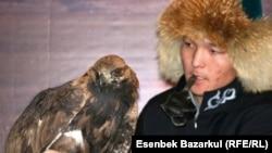 Беркучи Дархан Торебаев участвует на выставке в дни саммита ОБСЕ в Астане. 1 декабря 2010 года.