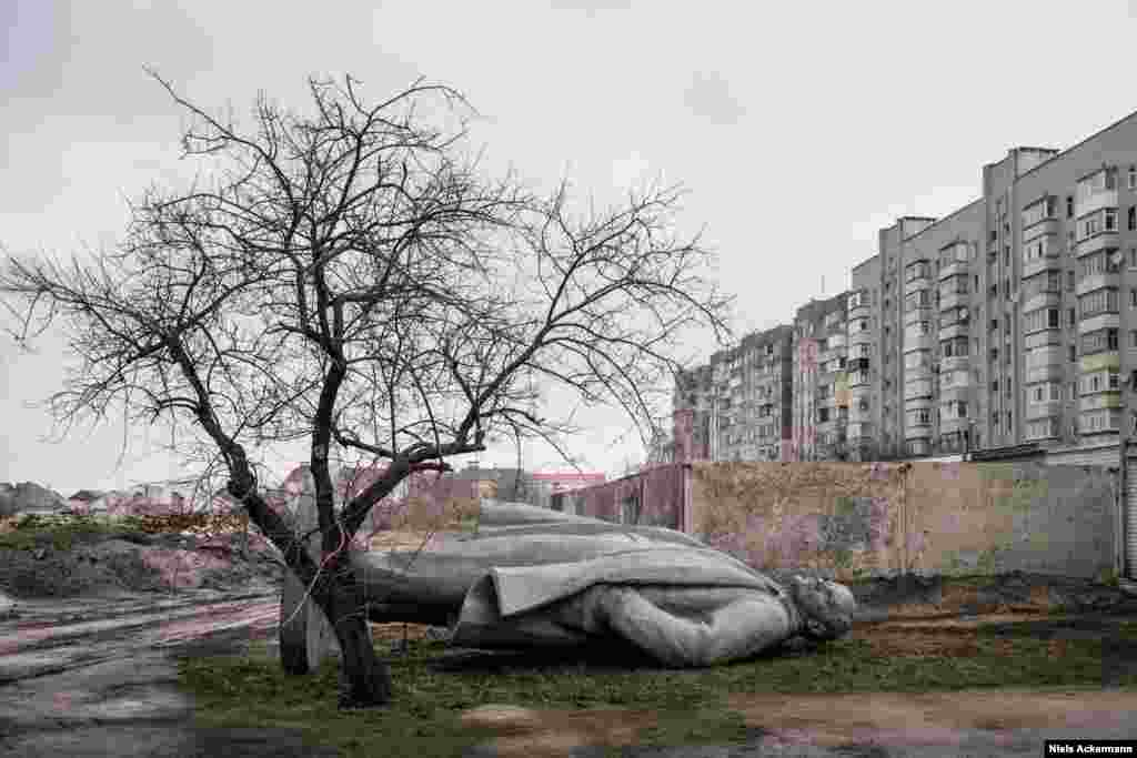 "When media outlets recently reported that Ukraine's last Lenin statue had been removed as part of Ukraine's decommunization drive, photographer Niels Ackermann was skeptical of the timing. ""There had actually been announcements in December [2016] that the last Lenin statue had been removed, so I think they published this news now to connect it to what's happening in the U.S."""