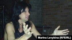 Барабанщик рок-группы «Ария» Максим Удалов дает интервью радио Азаттык. Семей, 6 декабря 2011 год.