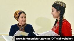 Жительницы Туркменистана с книгой о матери президента