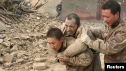 Kinë - Ushtarët duke ndihmuar të mbijetuarit nga tërmeti, 22Korrik2013