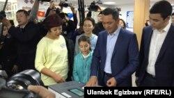 Rандидат Омурбек Бабановтың отбасымен бірге президент сайлауында дауыс беріп жатқан сәті. Қырғызстан, Бішкек, 15 қазан 2017 жыл.