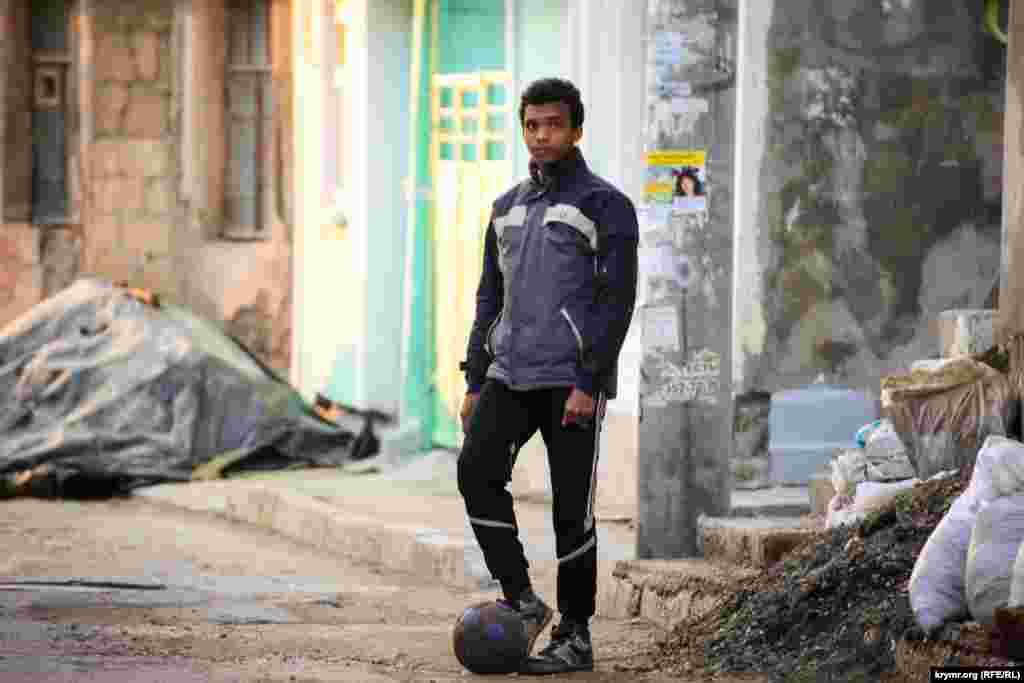 В футбол ганяти місцеві хлопці теж уміють