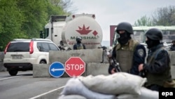 Ukrainian soldiers at a checkpoint outside of Slovyansk on April 30