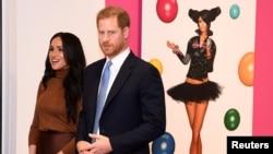 Принц Хари и Меган в канадското посолство в Лондон часове преди да обявят желанието си да се оттеглят. Те благодариха за топлия прием по време на коледната си ваканция
