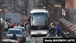 На территории комплекса зданий посольства США в Москве дипломаты и члены их семей садятся в автобусы. 5 апреля 2018 года.