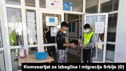 Migranti dežuraju kao redari na ulazu u Prihvatni centar, dezinfekcija ruku je obavezna