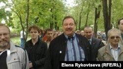 Геннадий Гудков во время контрольной прогулки писателей в Москве