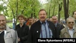 Депутат Госдумы Геннадий Гудков (в центре)