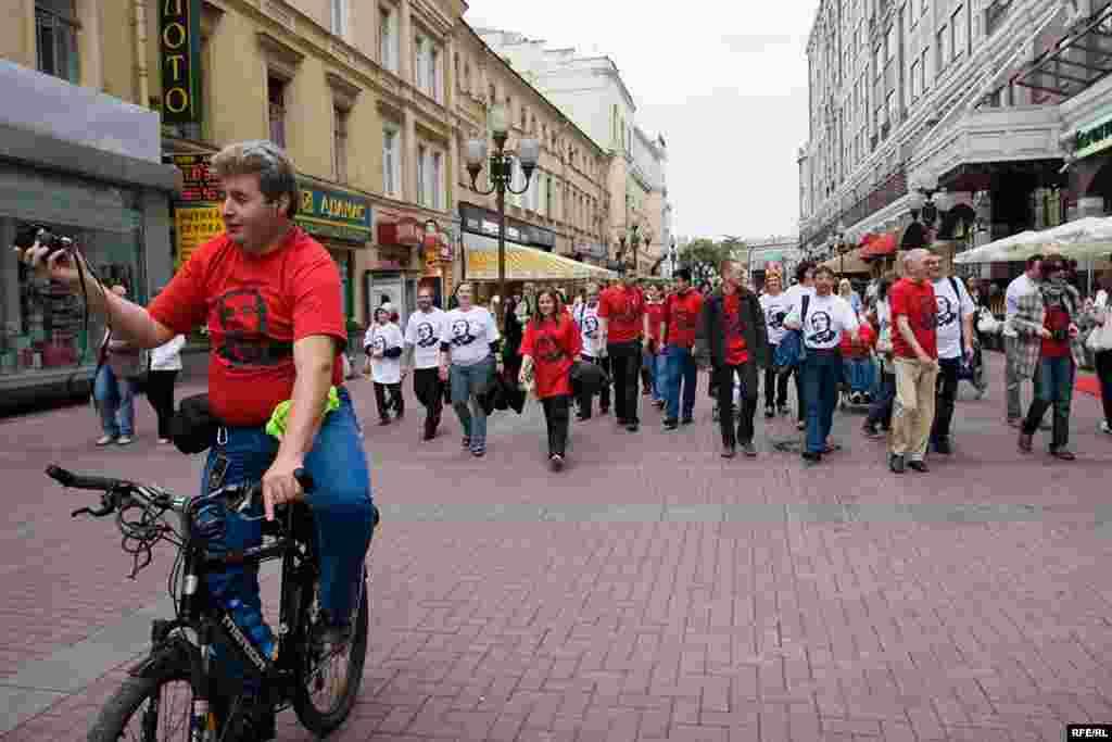 В Москве активисты ряда общественных движений провели акцию в поддержку Михаила Ходорковского - в 46-й день рождения экс-главы ЮКОСа.