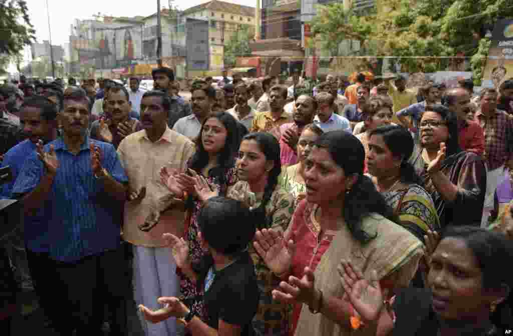 Індуси виконують релігійні пісні під час протестівчерез відвідування жінками храму Сабарімала, одного з найбільших місць паломництва індуїстів, Тируванантапурам, Керала, Індія, 2 січня 2019 року