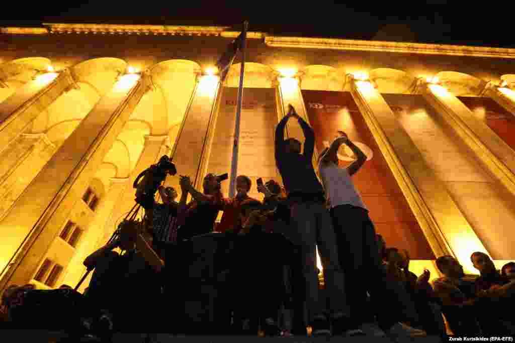 200-ге тарта адам 1 маусымға қараған түні парламент алдында шатырларда түнеп шықты. Акцияны ұйымдастырушылар қарсылықты жалғастыра беретінін айтты.