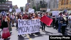 """Неколку граѓански асоцијации протестираа пред Собранието против ограничувањето на правото на абортус. Протестот се одржа под мотото """"Не за предлог-законот за прекин на бременоста"""". Протест, абортус."""