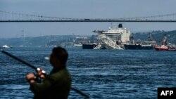 Швейцарски кораб преминава през Босфора