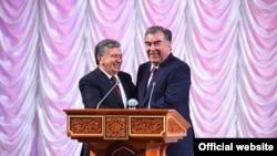 Шавкат Мирзияев (слева) и Эмомали Рахмон. Душанбе, 9 марта 2018 года.