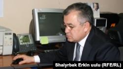 "Лидер парламентской фракции ""Ата Мекен"" Омурбек Текебаев во время он-лайн конференции на Радио ""Азаттык"", Бишкек, 2 февраля 2011 года."