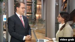 Andi-Lucian Cristea răspunzînd întrebărilor Iolandei Bădiliță la Strasbourg
