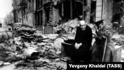 Пожилые люди на разрушенной войной улице Берлина, июнь 1945 года. Фоторепортер Евгений Халдей