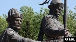 Памятник основателям Казахского ханства Керею и Жанибеку. Астана, 1 июня 2010 года.