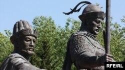 Фрагмент памятника основателям Казахского ханства Керею и Жанибеку. Астана, 1 июня 2010 года.