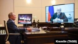 Владимир Путин в своем кабинете, архивное фото