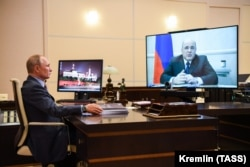 Владимир Путин проводит совещание с премьером Михаилом Мишустиным в дистанционном формате