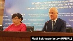 Председатель правления Жилстройсбербанка Ляззат Ибрагимова и вице-министр индустрии и развития Казахстана Роман Скляр. Астана, 17 августа 2017 года.