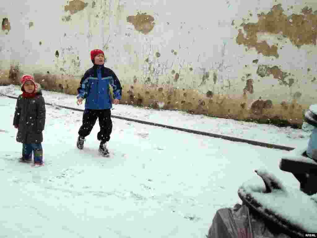 Дети казахских беженцев играют во дворе общежития, где приютили их родителей. Город Брно, 1 февраля 2009 года. - Дети казахских беженцев играют во дворе общежития, где приютили их родителей. Город Брно, 1 февраля 2009 года.