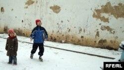 Дети казахских беженцев в Чехии играют во дворе общежития, где приютили их родителей. Город Брно, 1 февраля 2009 года.