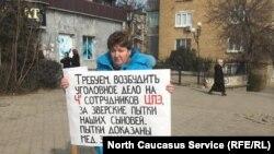 Елена Барзукаева проводит пикет в защиту своего сына Ислама. Дербент, 27 января