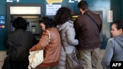 Yunan Kiprində vətəndaşlar bankomatlardan pullarını çıxarmağa çalışırlar. 17 mart 2013
