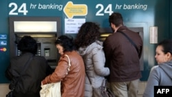 Ljudi podižu novac sa bankomata u nedelju u Nikoziji