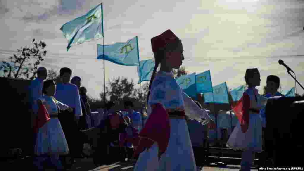 Заканчивается празднование крымскотатарскими танцами в национальных костюмах