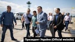 Президент України Володимир Зеленський під час візиту на адмінкордон із Кримом разом з головою Херсонської ОДА Юрієм Гусєвим