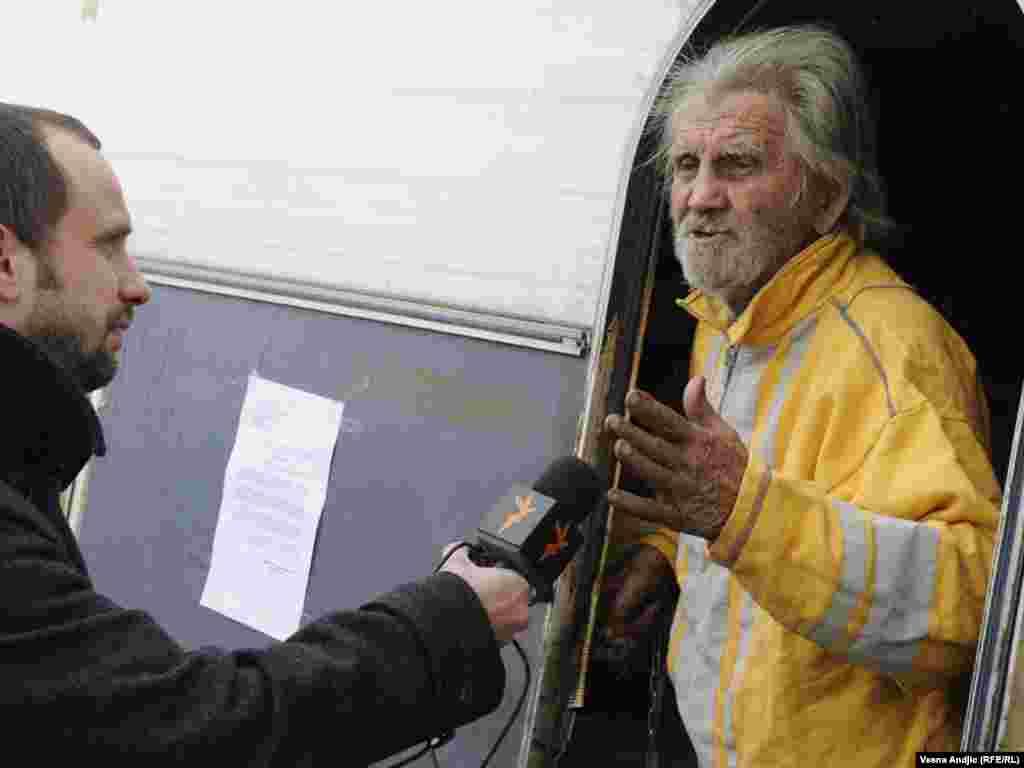 Beskućnik Ladislav Milunović (95) živi u kamp prikolici, sa 3 psa i jednom mačkom, na trotoaru pored starog zemunskog groblja. Po nalogu komunalne inspekcije moraće da se preseli, Beograd, 31.01.2011. Foto: Vesna Anđić