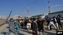 Полиция Кабулдагы демонстранттарды таратууга аракеттенүүдө. 24-февраль, 2012.