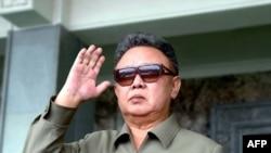 Cолтүстік Корея президенті Ким Чин Ир әскери парадта тұр. Пхеньян. 9 қыркүйек 2011 жыл.