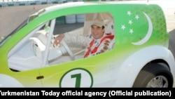 Президент Гурбангулы Бердымухамедов выбирает цифру 7 для своих авто