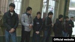 Арестованные молодые таджикские парни, которые просиживали в интернет-кафе в позднее время.