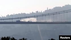 Дым от стрельбы на мосту через Босфорский пролив в Стамбуле. 16 июля 2016 года.