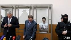 Nadia Savchenko (me fanelë të bardhë) gjatë leximit të vendimit në gjykatë