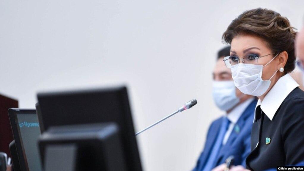 Маска таққан Дариға Назарбаева сенат отырысында. 9 сәуір 2020 жыл.