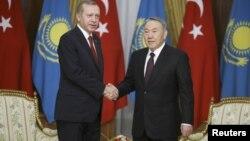 Президент Казахстана Нурсултан Назарбаев (справа) и президент Турции Реджеп Тайип Эрдоган
