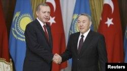 Қазақстан президенті Нұрсұлтан Назарбаев (оң жақта) пен Түркия президенті Режеп Тайып Ердоған. Астана, 16 сәуір 2015 жыл.