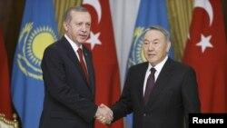 Қазақстан президенті Нұрсұлтан Назарбаев (оң жақта) пен Түркия президенті Режеп Ердоған. Астана, 16 сәуір 2015 жыл.