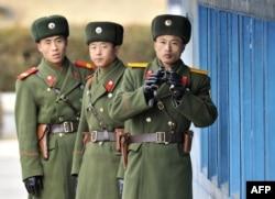 سربازان کره شمالی در نزدیکی منطقه غیرنظامی حائل بین دو کره