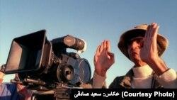 ناصر تقوایی در پشتصحنه فیلم «چای تلخ»، ۱۳۸۲، عکاس: سعید صادقی