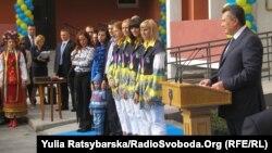 Віктор Янукович та олімпійські чемпіонки-веслувальниці, які отримали квартири в новому будинку коштом бюджету