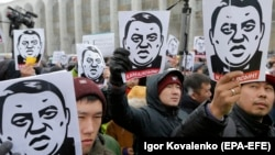 An anti-corruption rally in Bishkek on November 25 following the release of the investigative report. The man depicted in the placards is Raimbek Matraimov, who has filed a lawsuit against the media organizations responsible for the report.